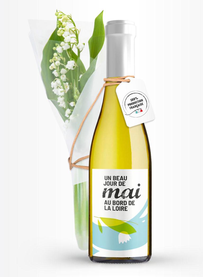 Bouteille de vin blanc, le nom du vin est «Un beau jour de mai au bord de la Loire». Dans des tons bleu léger, vert clair et blanc, l'étiquette représente, dans un style illustratif presque abstrait la Loire et un brin de muguet. Un bouquet de muguet dans une pipette est attaché à la bouteille avec un cordon en papier kraft.